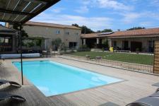 Belle propriété exploitée en chambres d\'hôtes et gîtes composée de 3 villas  sur parcelle de 3000 m² avec piscine.